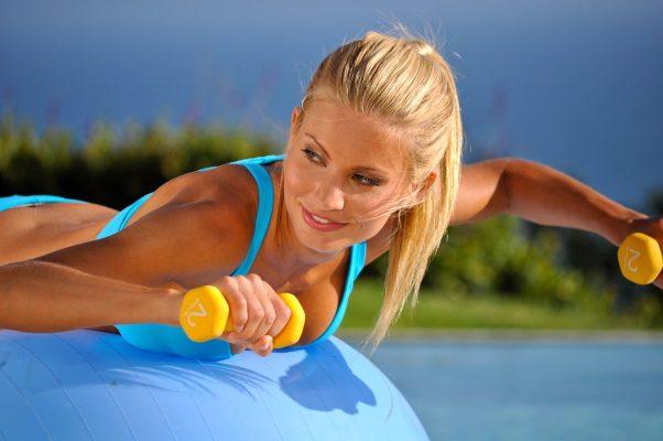 Tập với bóng yoga và tạ