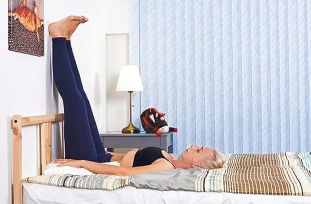 Bài tập yoga kỳ diệu dựa chân vào tường